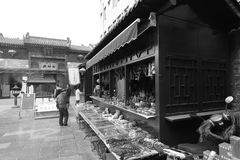 Área comercial del templo del chenghuangmiao de xian, imagen blanco y negro Imagen de archivo libre de regalías