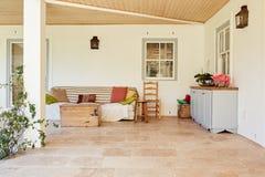 Área confortável do pátio de uma casa suburbana contemporânea Imagem de Stock