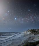 Área costal com um céu estrela-enchido Foto de Stock