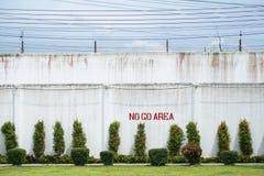 Área da alta segurança na prisão, o muro de cimento grande e Barb Wire brancos e altos imagem de stock