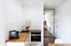Área da cozinha no apartamento do hotel Fotos de Stock