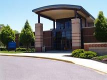 Área da entrada para um edifício de tijolo moderno Fotografia de Stock Royalty Free