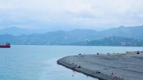 Área da frente marítima com navios de carga e deltaplane no céu em Batumi, estância citadina vídeos de arquivo