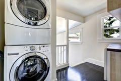 Área da lavanderia com os dispositivos brancos modernos Fotografia de Stock