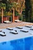 Área da piscina com cadeiras de sala de estar foto de stock