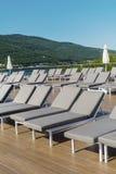 Área da piscina com sunbeds cinzentos em seguido, bodrum, peru Fotos de Stock Royalty Free