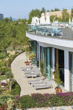 Área da piscina com sunbeds cinzentos em um recurso luxuoso Imagens de Stock Royalty Free