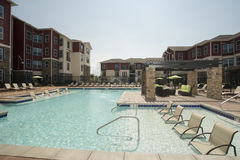 Área da piscina de gama alta foto de stock