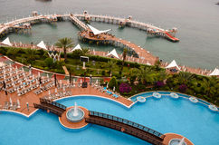 Área da piscina do recurso de férias imagens de stock