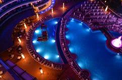 Área da piscina do recurso de férias na noite Fotos de Stock