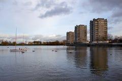 Alojamento do Conselho, lago Southmere, Thamesmead, Reino Unido Imagens de Stock