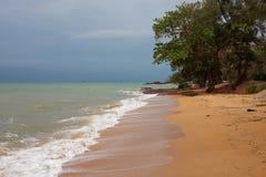 área da praia durante o baixo turista imagem de stock