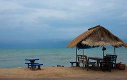área da praia durante o baixo turista fotografia de stock royalty free