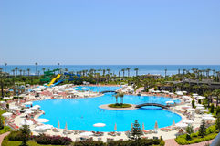 Área da praia no hotel mediterrâneo popular Foto de Stock