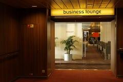 Área da sala de estar do negócio da primeira classe no aeroporto foto de stock