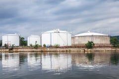 A área de armazenamento do óleo, os tanques brancos no Mar Negro costeia Imagem de Stock