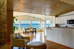 Área de assento acolhedor e sala de jantar brilhante Imagens de Stock Royalty Free