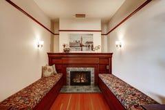 Área de assento com a chaminé na casa luxuosa velha Fotografia de Stock Royalty Free