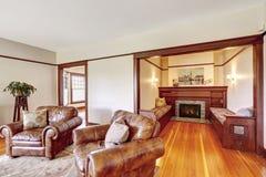 Área de assento com a chaminé na casa luxuosa velha Foto de Stock