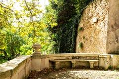 Área de assento de mármore no jardim botânico (Orto Botanico), Trastevere, Roma, Itália Imagens de Stock Royalty Free