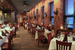 Área de assento interna para que os jantares apreciem muito bem a culinária italiana, Vino da placa no rio, Rochester, New York,  imagens de stock royalty free
