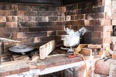 Área de cocinar al aire libre con el cocido al vapor del pote al vapor en la llama del gas Imagen de archivo libre de regalías