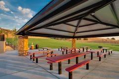 Área de comida campestre del grupo en el parque público Fotografía de archivo