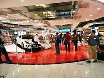 Área de compras con franquicia en el aeropuerto de Dubai Imagenes de archivo