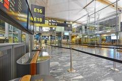 Área de controle do passaporte do aeroporto com linhas e cabines Internacional Imagens de Stock Royalty Free