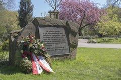 Área de Dortmund, Ruhr, el Rin del norte Westfalia, Alemania - 16 de abril de 2018: Piedra conmemorativa para las víctimas de los fotos de archivo