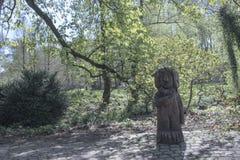 Área de Dortmund, Ruhr, el Rin del norte Westfalia, Alemania - 16 de abril de 2018: El sculputre de madera en el parque de Romber fotografía de archivo