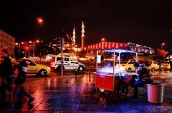 Área de Eminonu en la noche, Estambul, TURQUÍA imagenes de archivo