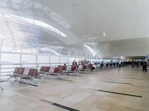 Área de espera espaçoso do aeroporto no segundo andar foto de stock
