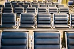 Área de espera na porta do aeroporto, fileiras da cadeira vazia no aeroporto imagens de stock