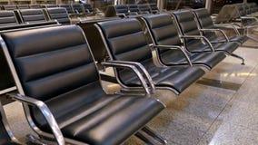 Área de espera na porta do aeroporto, fileiras da cadeira vazia no aeroporto video estoque