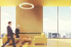 A área de espera no escritório, amarela sofás, lado, pessoa Imagem de Stock