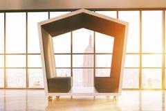Área de espera pentagonal preta com lugares de assento Imagem de Stock Royalty Free