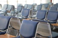 Área de espera vazia do terminal de aeroporto com a sala de estar das cadeiras com assento Imagens de Stock Royalty Free