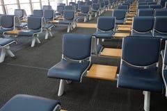 Área de espera vazia do terminal de aeroporto com a sala de estar das cadeiras com assento Imagem de Stock