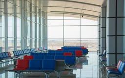 Área de espera vazia do terminal de aeroporto aeroporto internacional ar fotografia de stock