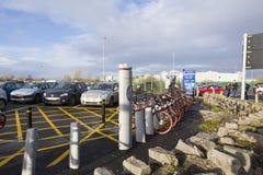 Área de estacionamento da bicicleta em uma área de compra fotos de stock royalty free