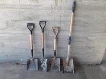 Área de funcionamento, quatro lâminas da forma diferente e tamanho na frente de um muro de cimento foto de stock