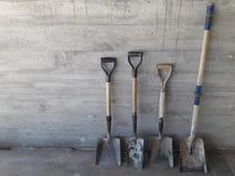 Área de funcionamento, quatro lâminas de trabalho de tamanhos diferentes no muro de cimento foto de stock