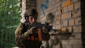 Área de investigación asustada del soldado de las fuerzas especiales almacen de metraje de vídeo