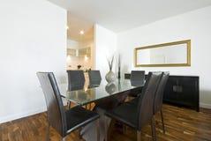Área de jantar moderna com grande tabela Imagens de Stock Royalty Free