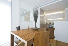 Área de jantar moderna com tabela de madeira foto de stock royalty free