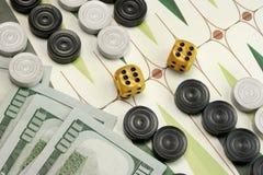Área de jogo do cartão da gamão, microplaquetas de madeira, dinheiro e dois Dic imagem de stock royalty free