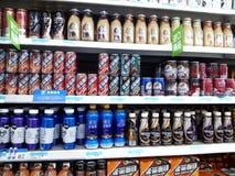 Área de la bebida y de la comida del supermercado Fotos de archivo