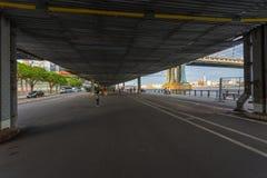 Área de la calle y del peatón bajo paso superior cerca del puente de Manhattan en abajo Manhattan Imagen de archivo
