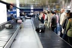 Área de la demanda del equipaje en el aeropuerto Imágenes de archivo libres de regalías